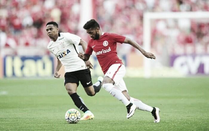 Corinthians bate Internacional com gol de Elias e alcança liderança do Brasileirão