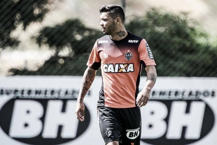 Carlos deixa treino do Atlético-MG mais cedo e tem fratura confirmada