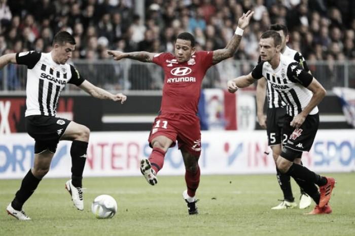 Chuva de gols e brasileiro expulso: Angers e Lyon empatam em partida caótica