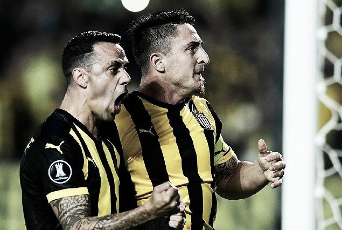 Show na arquibancada e no campo: Com festa uruguaia, Peñarol vence Tucuman pela Libertadores