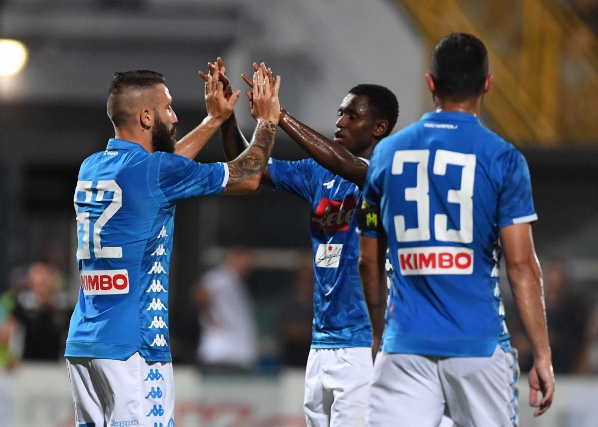 Verdi e Tonelli calano il sipario sul ritiro del Napoli, battuto il Chievo 2-0