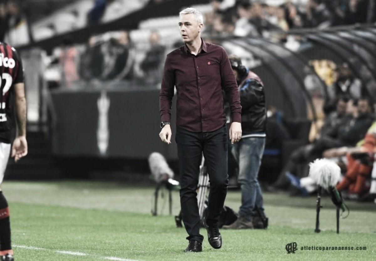 """Tiago Nunes elogia desempenho defensivo do Atlético-PR: """"Estamos mostrando maturidade"""""""
