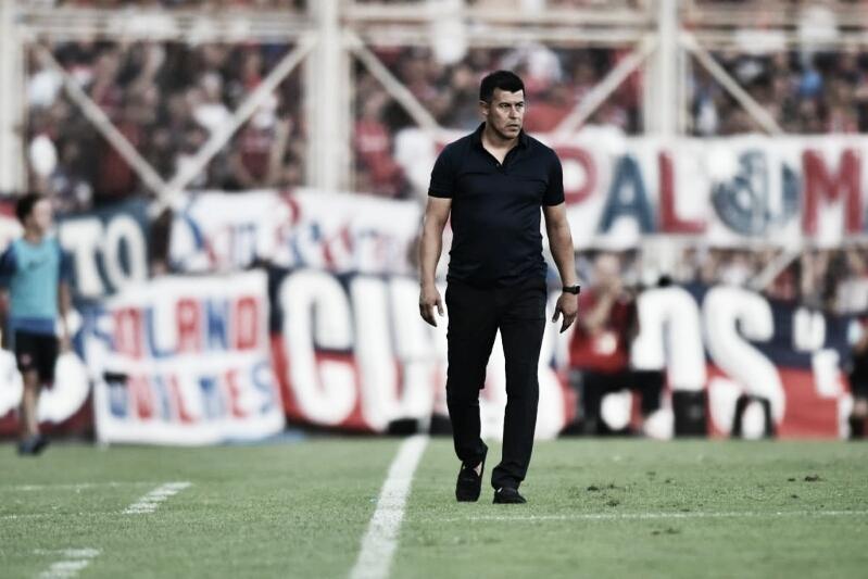 """Almirón: """"Fuimos superiores al rival"""""""