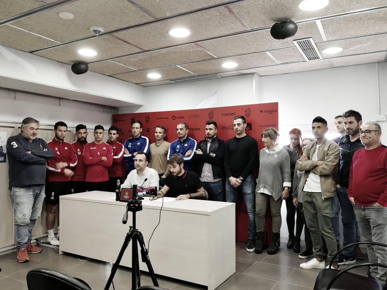 Los trabajadores, técnicos y jugadores del CF Reus, unidos ante el desastre