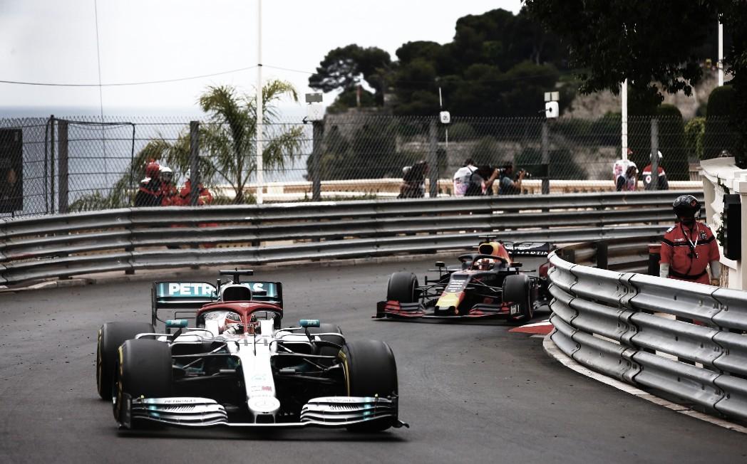 """Hamilton conta que percebeu Verstappen a tempo em Mônaco: """"Eu o vi no último minuto"""""""