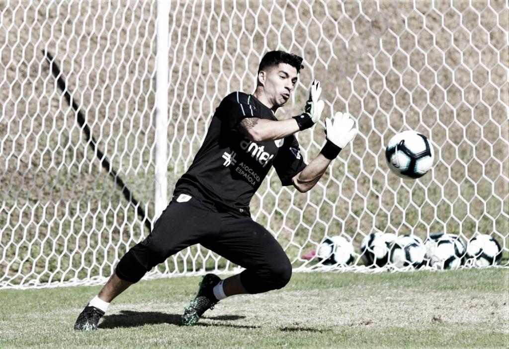 Suárez no gol? Em treino às vésperas da estreia, atacante uruguaio brincou de goleiro