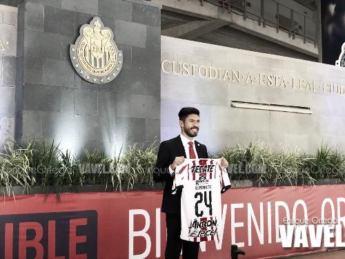 Oribe Peralta fue presentado como nuevo delantero de Chivas