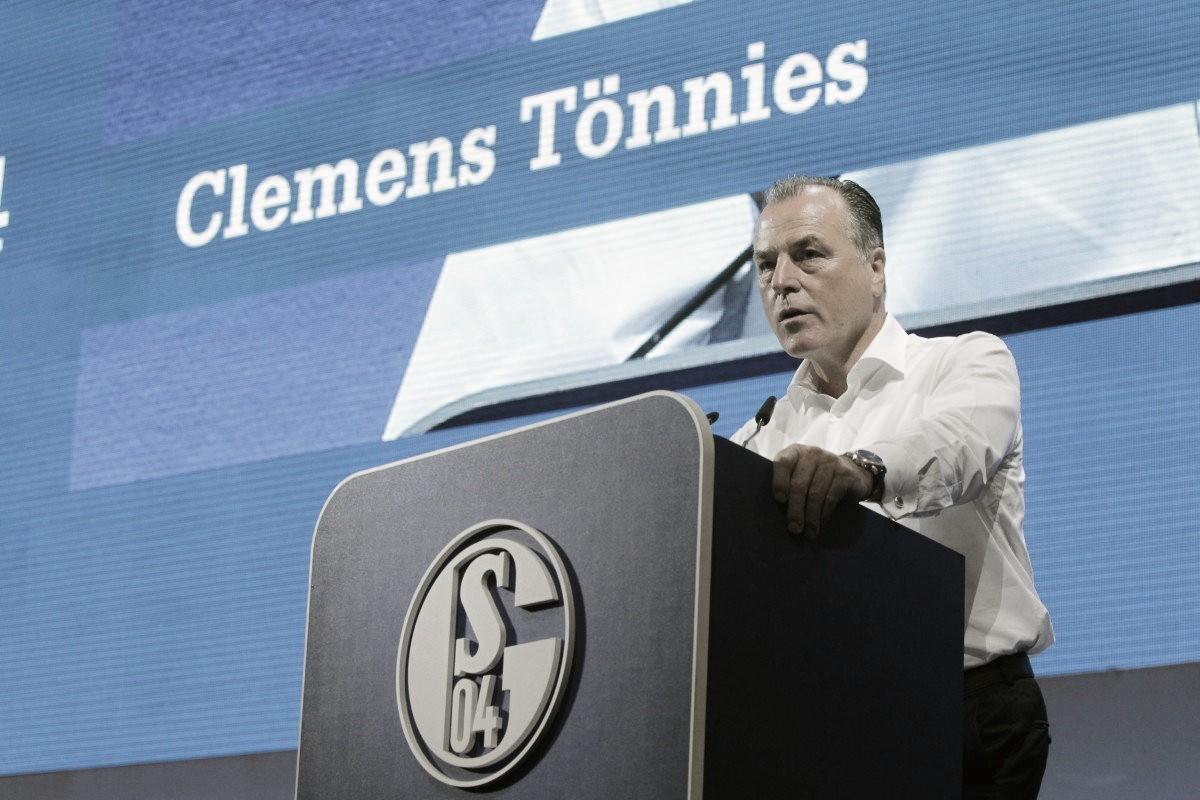 Fala racista de presidente do Schalke 04 indigna ex-jogadores, mas clubes ficam no silêncio