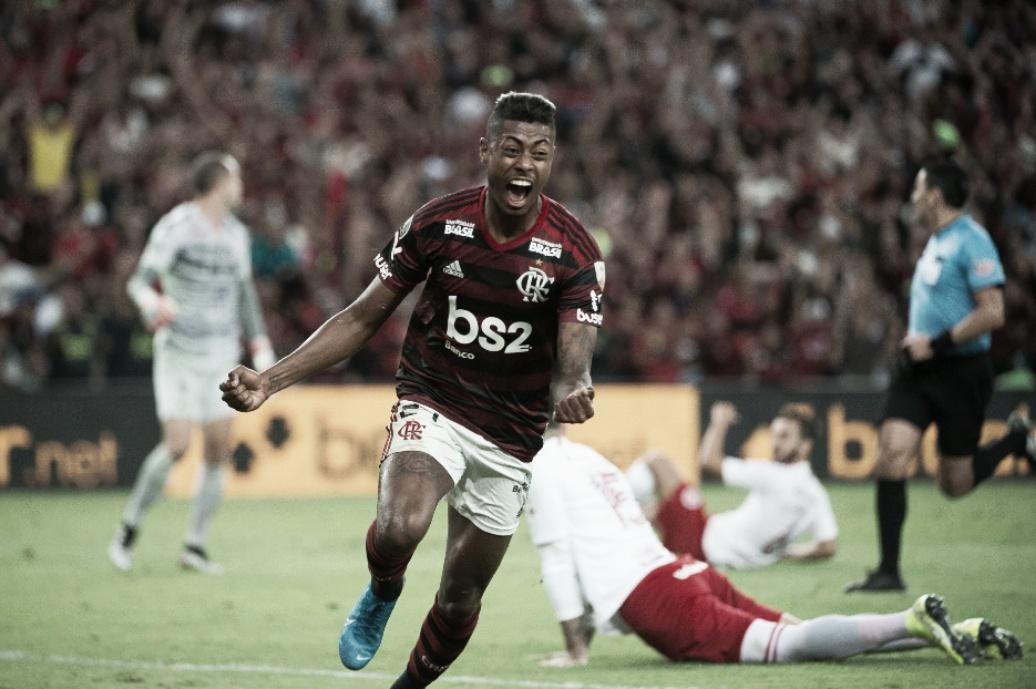 Em noite inspirada de Bruno Henrique, Flamengo larga na frente do Inter na Libertadores
