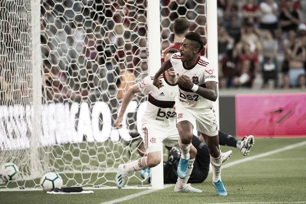 Flamengo vence Athletico-PR, quebra tabu de 45 anos e segue líder isolado