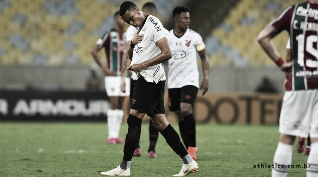 De virada, Athletico-PR vence Fluminense no Maracanã