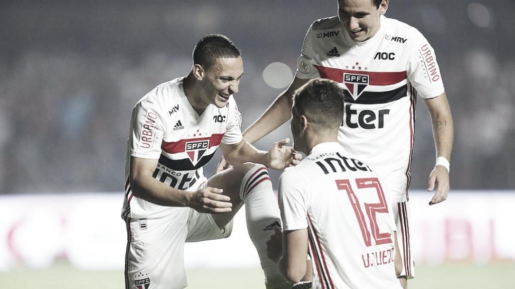 São Paulo domina, derrota Internacional e confirma vaga nos grupos na Libertadores