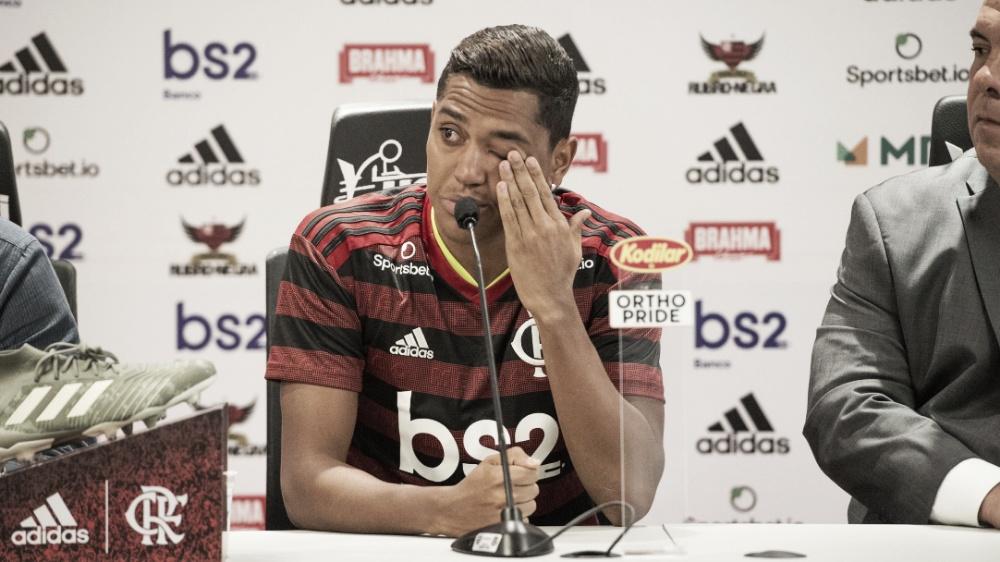"""Pedro Rocha não segura choro ao ser apresentado pelo Flamengo: """"Emoção muito grande"""""""