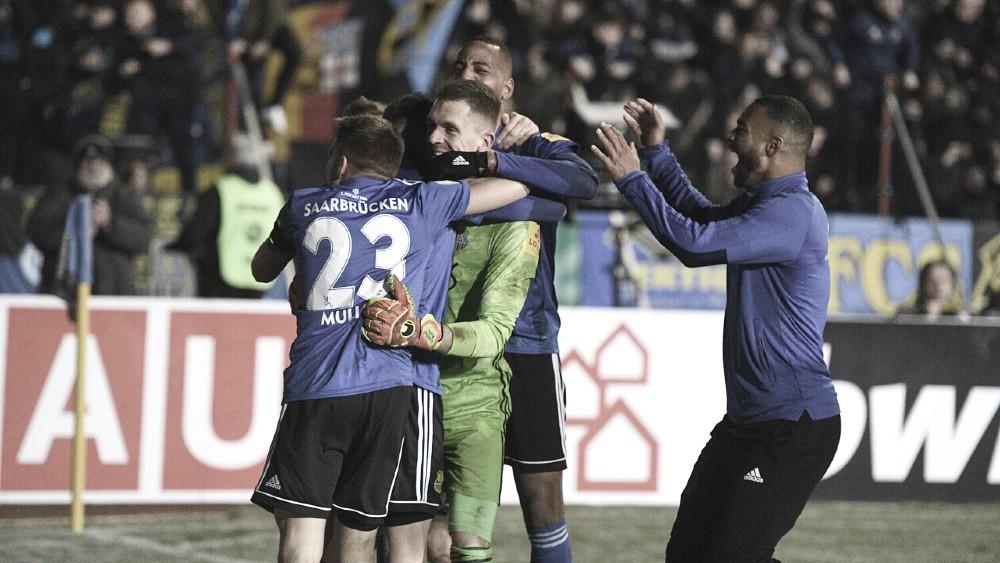 Goleiro pega cinco pênaltis e classifica Saarbrücken, da quarta divisão, à semifinal da DFB Pokal