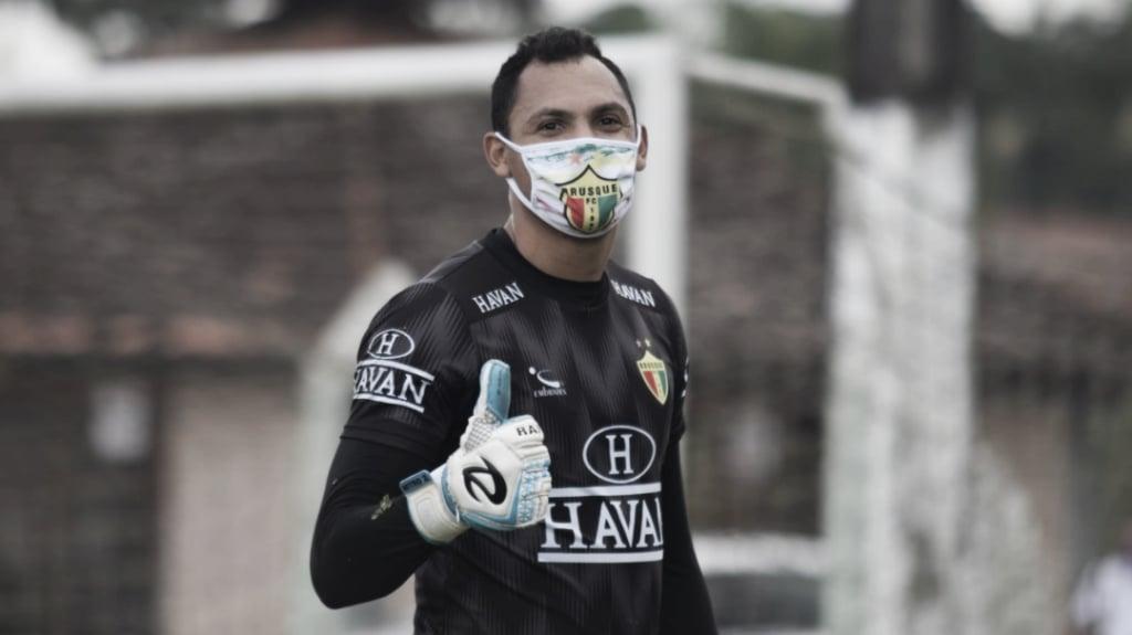 Goleiro do Brusque, Ruan comenta volta aos treinos e projeta ano do clube