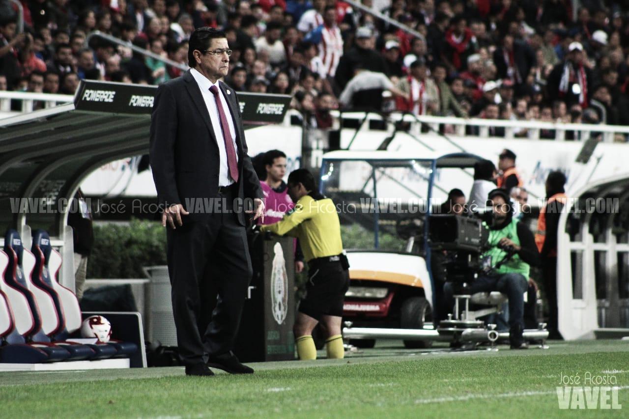Luis Fernando Tena, precupado por la generación de gol de Chivas