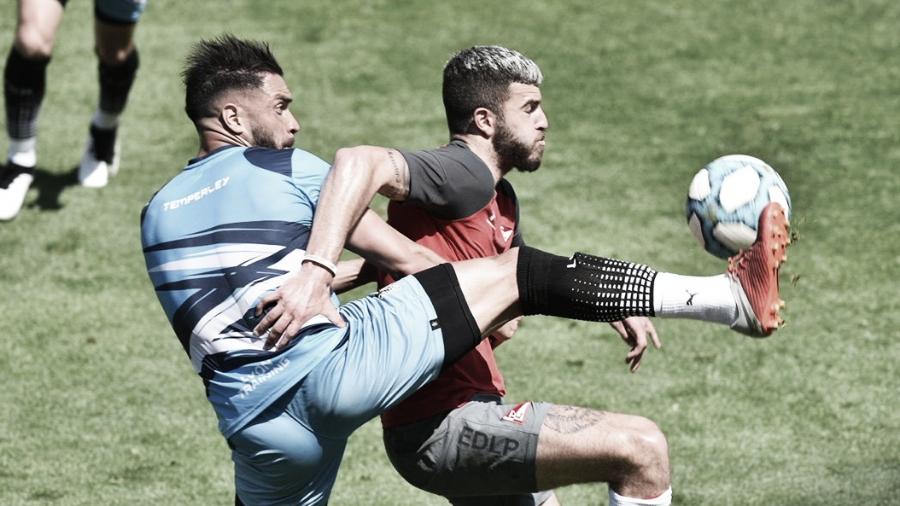 Jonathan Fleita disputa la pelota ante Iván Erquiaga en el primer partido que jugaron. Foto: Prensa Estudiantes de La Plata.