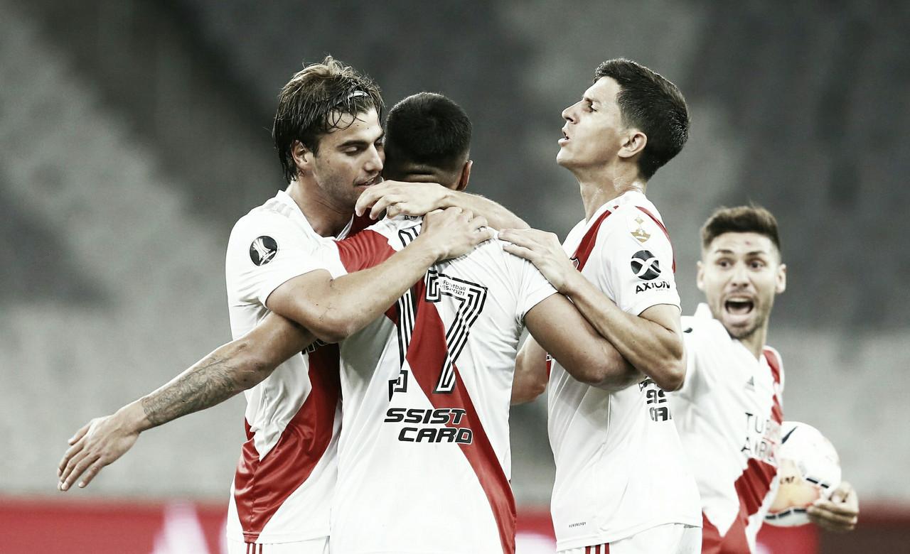 Los futbolistas de River abrazan a Paulo Díaz. Foto: River Oficial.