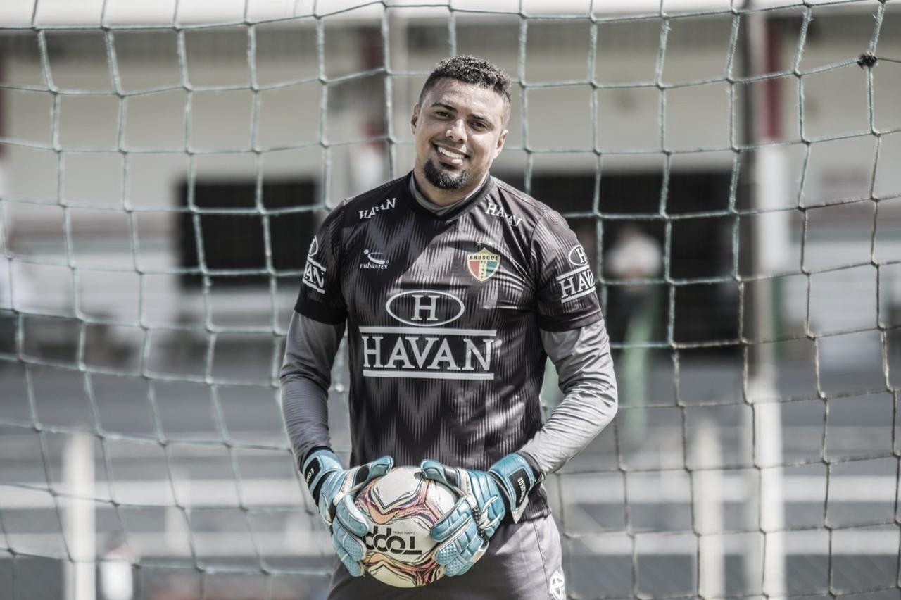 Goleiro do Brusque, Zé Carlos preza por tranquilidade e pés no chão em estreia no Catarinense