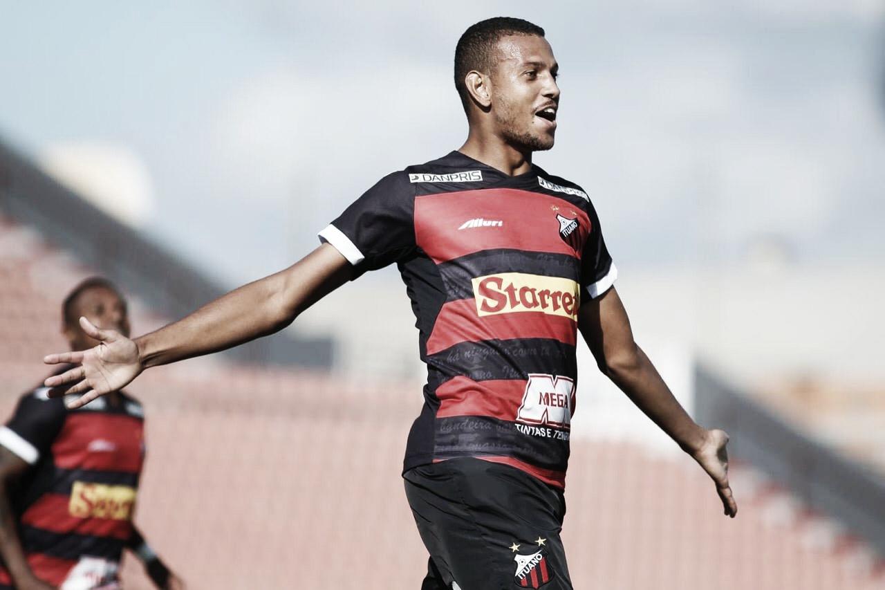 Zagueiro Mateus comemora gol, assistência e classificação no Troféu do Interior