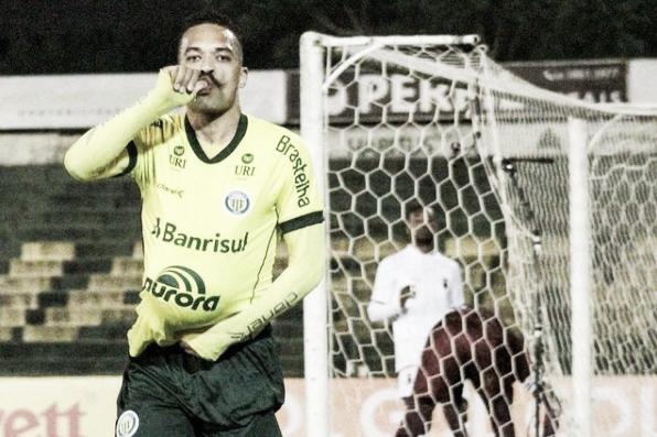 Mikael, volante do Ypiranga-RS, festeja primeiro gol e sonha com o acesso