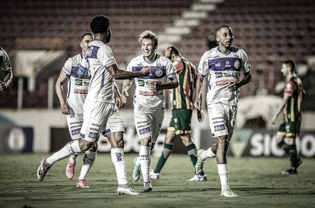 Confiança bate Sampaio Corrêa, volta a vencer após sete jogos e mantém sonho da permanência vivo