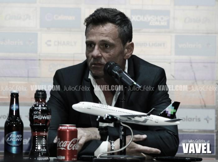 Contento Diego Cocca con su equipo