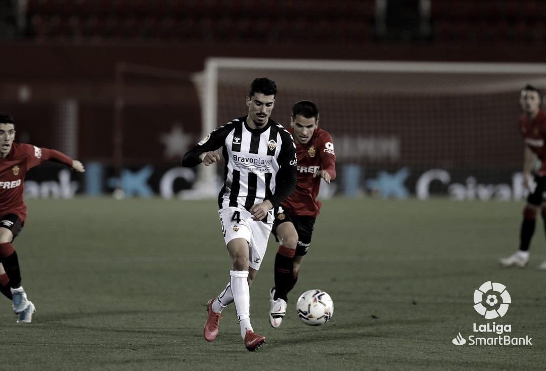 Jugadores del Castellón y Mallorca disputan un balón/ Fuente: LaLiga