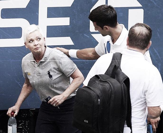 Djokovic acerta bola em juíza de linha eé desclassificado do US Open
