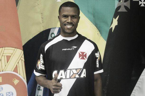 Vasco anuncia a contratação do lateral direito Carlos César, ex-Atlético-PR