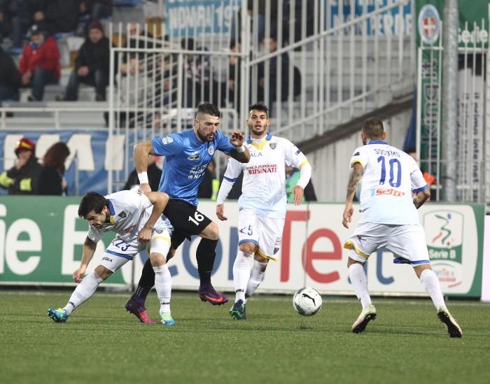 Serie B - Il Frosinone espugna Novara 2-1 e aggancia il Verona in vetta