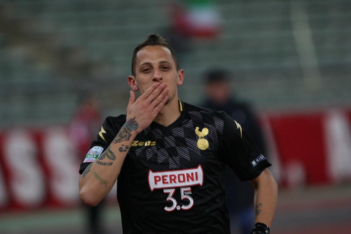 Serie B - Troppo forte il Bari: Brescia battuto 3-0 grazie ad una prova super di Nené e Improta