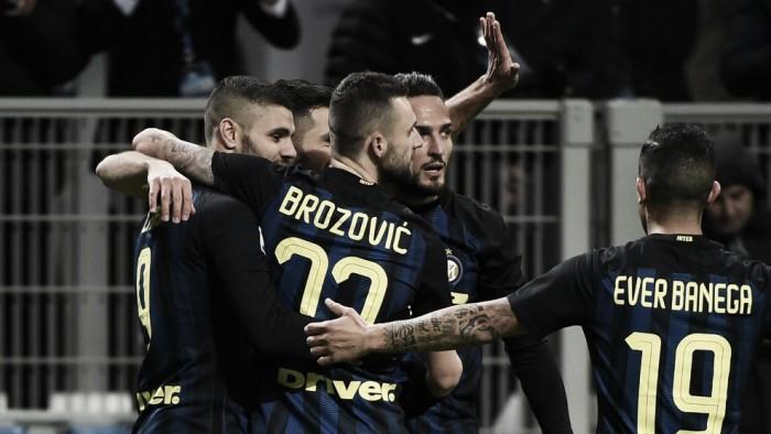Inter sofre pressão com superioridade numérica, mas bate Fiorentina e sobe na tabela