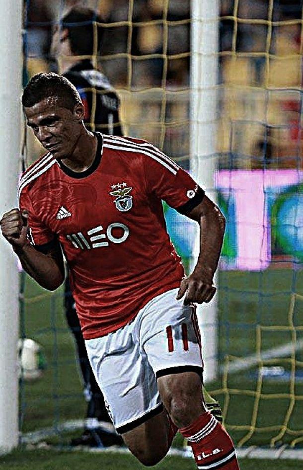 Estoril 1-2 Benfica: Sobreviver para correr atrás