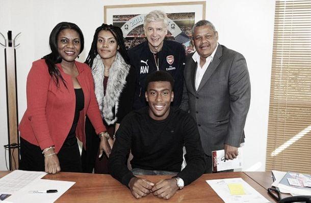 Alex Iwobi signs new Arsenal deal