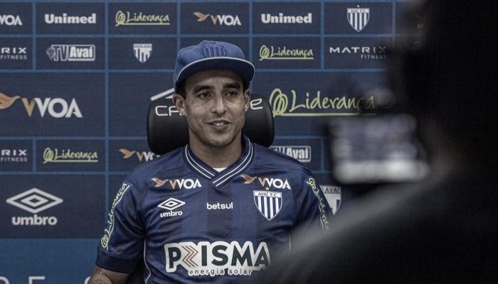 Sem espaço no Athletico, Jadson fecha com Avaí para reta final da Série B