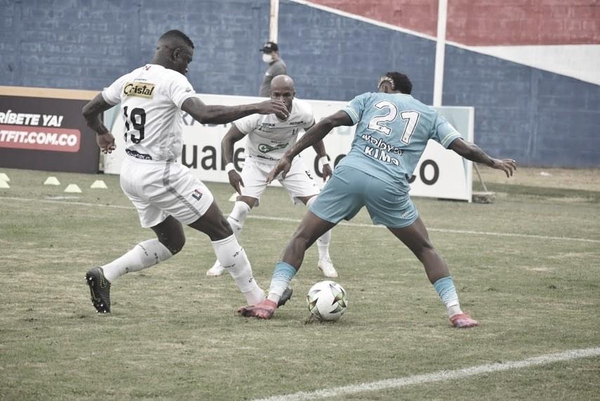 Un pálido 'blanco blanco' rescató un empate ante Jaguares