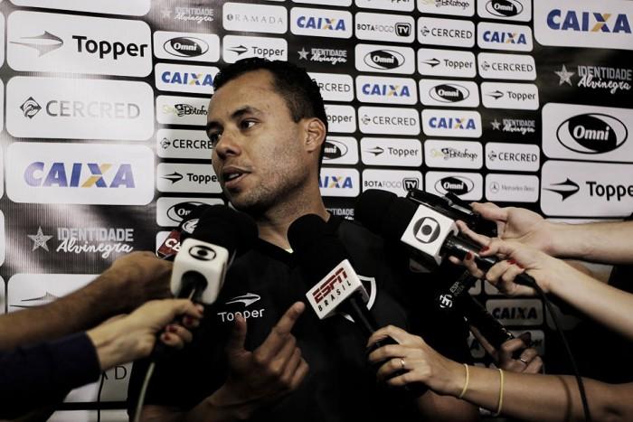 """Jair Ventura se diz tranquilo quanto à renovação com Botafogo: """"Está bem encaminhada"""""""
