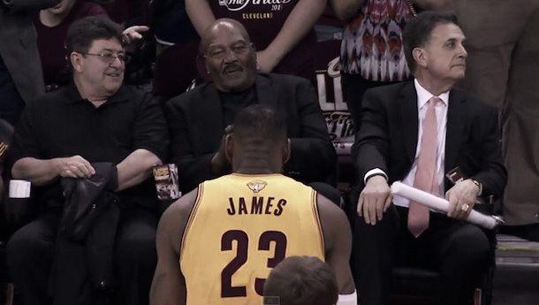 """NBA Finals, Jim Brown ringrazia LeBron per il suo tributo prima di Gara-3: """"È una persona stupenda"""""""
