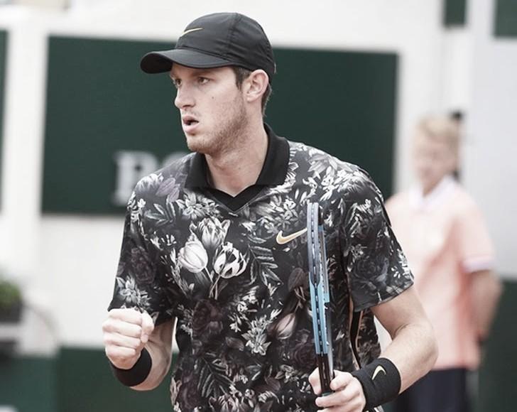 Tsitsipas cai para Jarry em sua estreia no ATP 250 de 's-Hertogenbosch
