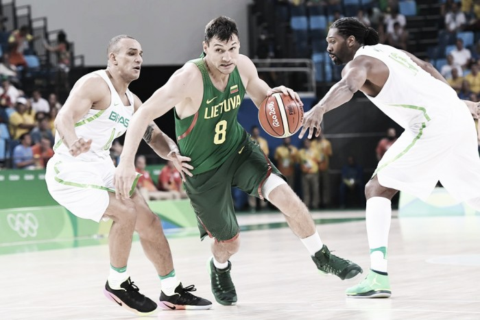 Lituania, sufriendo en el final, venció al local Brasil