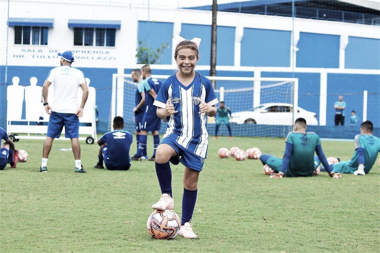 Fã de Marta, menina é contratada para o time sub-10 masculino do Avaí