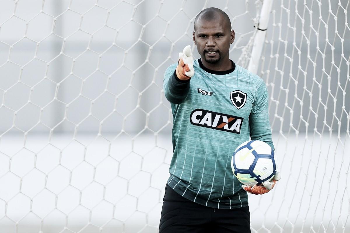 """Médico não dá prazo para retorno de Jefferson à meta do Botafogo: """"Muito distante"""""""