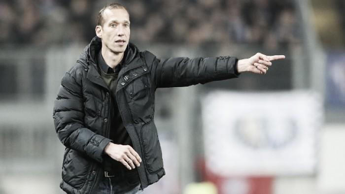 Treinador do Kaiserslautern, Jeff Strasser sofre ataque cardíaco e partida na 2.Bundesliga é adiada