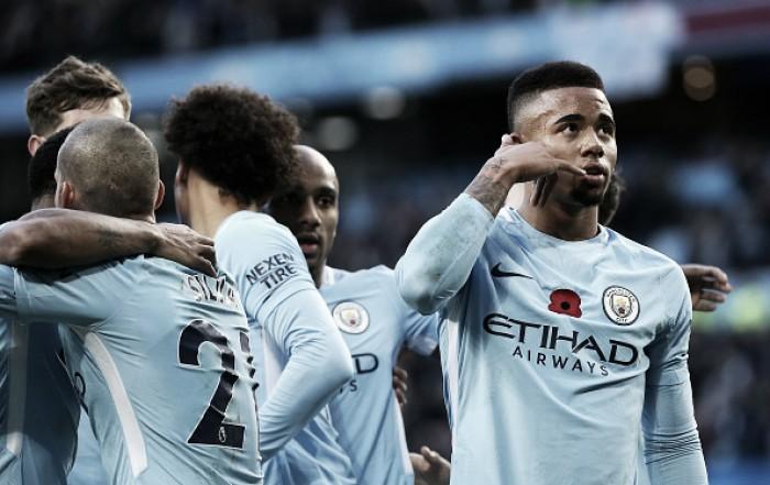 Com arbitragem polêmica, City supera Arsenal e dispara na liderança