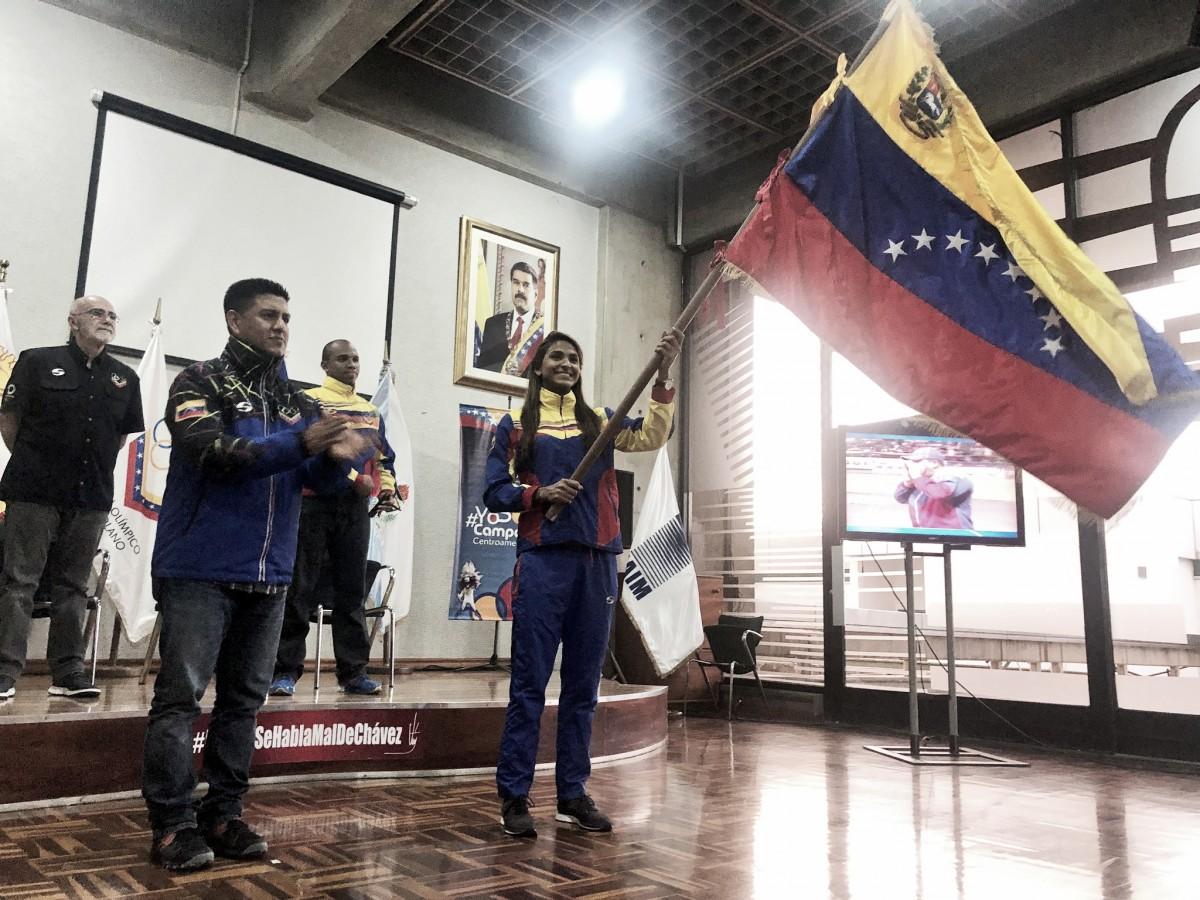 Jeserik Pinto recibe la bandera de los Centroamericanos y del Caribe