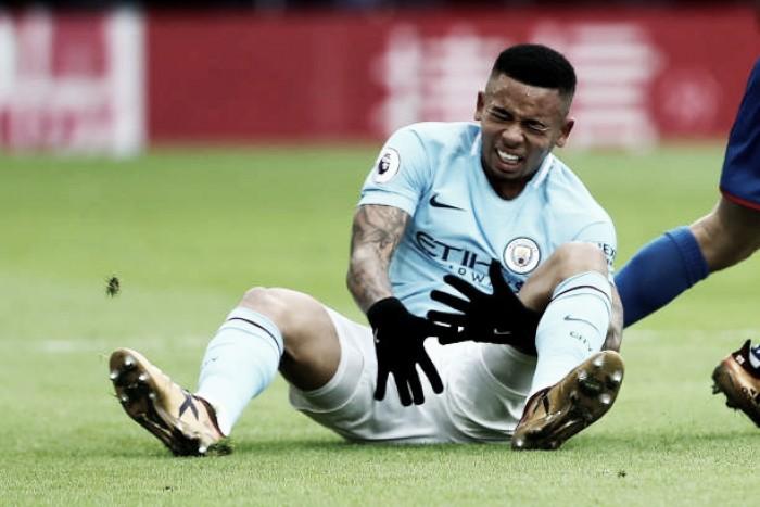 """Gabriel Jesus tranquiliza fãs após lesão no joelho: """"Volto o mais rápido possível"""""""