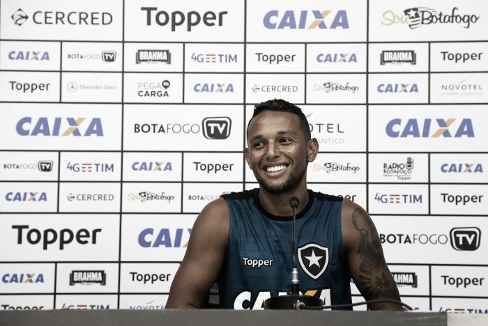 """Lateral Gilson exalta técnico Felipe Conceição após semana de treinos: """"Conhece todos nós"""""""
