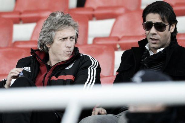 Jorge Jesus lança farpas à estrutura do Benfica e elogia Rui Costa