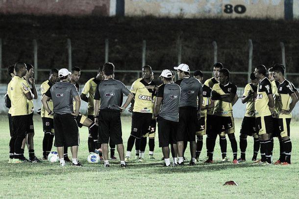 Em momentos distintos na competição, Vasco visita Icasa no Romeirão